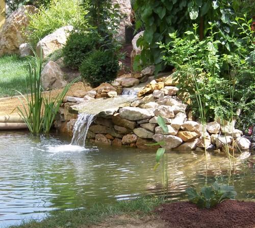 Création dun espace décoratif avec une rivière sèche en cours de ...